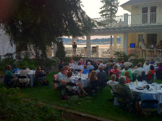 Cedar Cove Inn: guests enjoying live entertainment and view