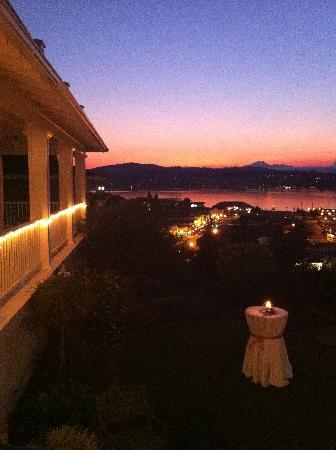 Cedar Cove Inn: view of Port Orchard at sunset