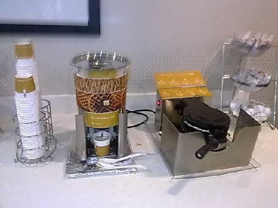 Hampton Inn & Suites Parsippany/North: Waffle Maker :)