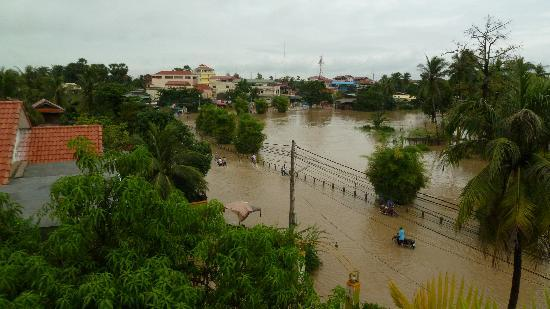 Siem Reap Riverside: The few of the flood from the top floor during breakfast.