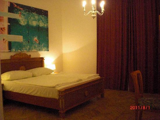Hotel Pension Museum: 広々とした客室、大きなベッド