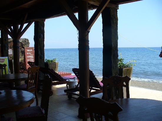 วิลล่า อากุง บีช อินน์: restaurant is bch front, plenty of sunbeds, shade or sun its up to you