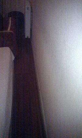 Meddusa Hotel: space between bed and front wall
