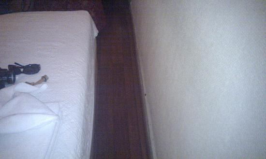 Meddusa Hotel: space between bed and side wall