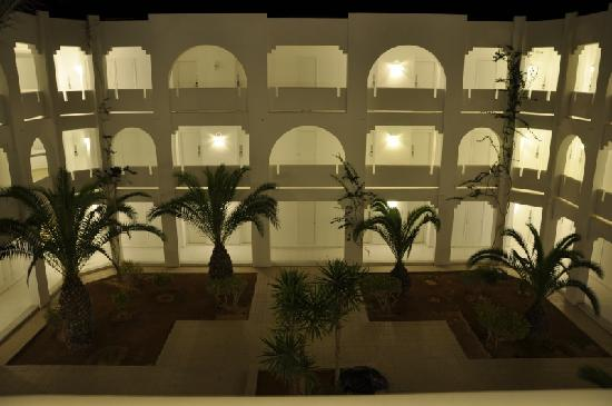 Djerba Plaza Hotel & Spa : Cour intérieur menant aux chambres