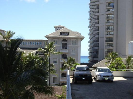 โรงแรมเชอราตันพริ๊นเซสไคอูลานี่: ラナイにて~なぜか5階に車が!!