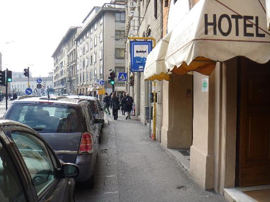 Hotel Hermes: ホテル正面の通り