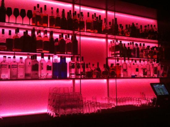 โรงแรมแอนเดลเบอลิน: Groß: die Auswahl in der Bar auf der 14. Etage.