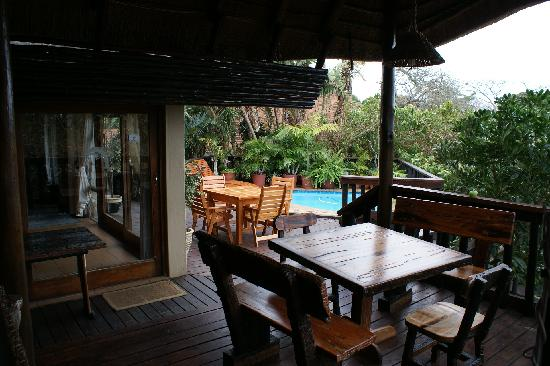 Ndiza Lodge and Cabanas: Viewing deck and pool in Lodge