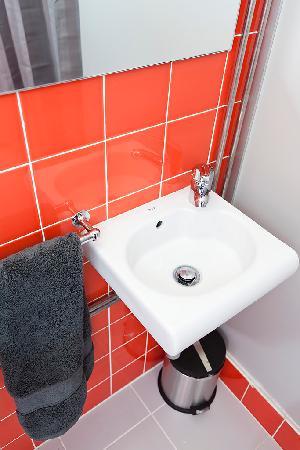 Braga POP Hostel: girls bathroom