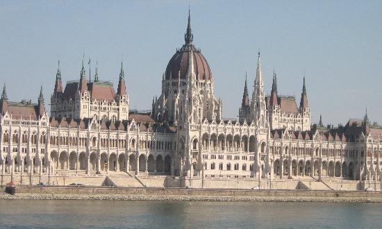 Hotel Regnum Residence: parliment building from buda side