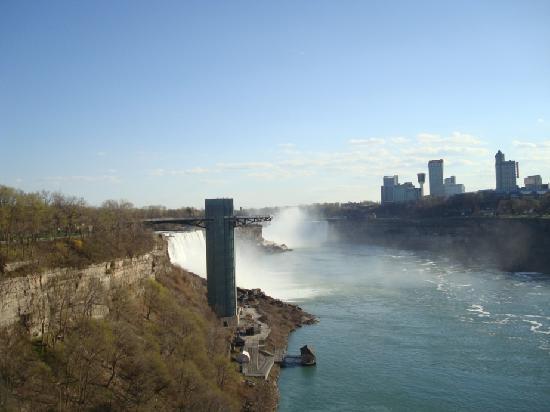 Niagara Falls: 橋からの滝