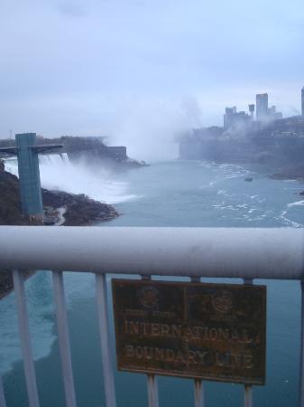 Niagara Falls: アメリカとカナダの国境の看板