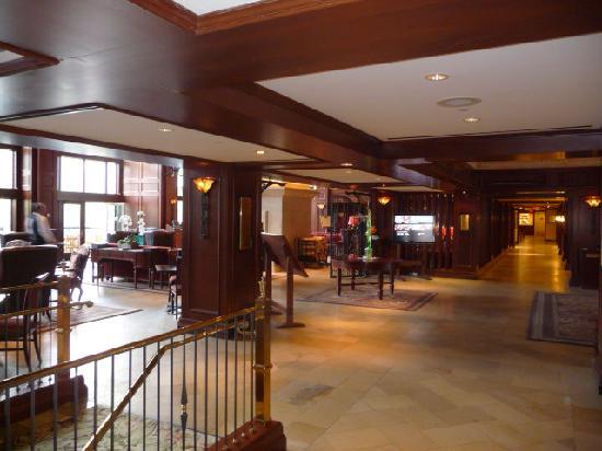 Rimrock Resort Hotel: Lobby Area and bar