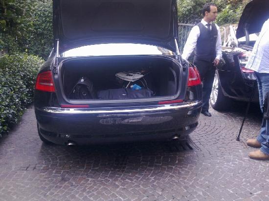 Baglioni Hotel Carlton: Un front of hotel with damaged car