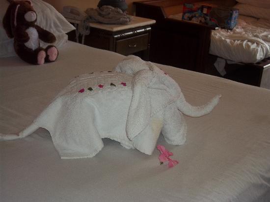 Park Inn by Radisson Sharm El Sheikh Resort: made fom bath towels by the room cleaners