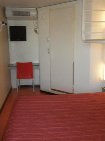 Premiere Classe Toulouse Ouest - Blagnac Aeroport : Triple room view 2