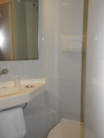 Premiere Classe Toulouse Ouest - Blagnac Aeroport : Toilet/shower/bathroom