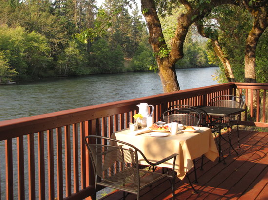 The Rogue River Lodge Restaurant: Breakfast at Cabin Overlooking Rogue River