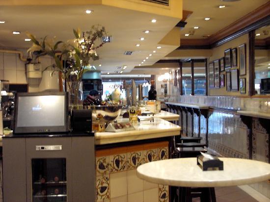 LA CASA DEL ABUELO: Tiled walls, marble bar and high tables