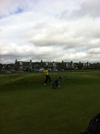 Linksview Guest House Carnoustie: Links View Guest House and Cameron on Carnoustie 18th
