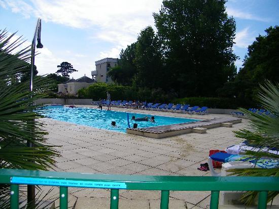 Residence Goélia Royal Park : zwembad op het park