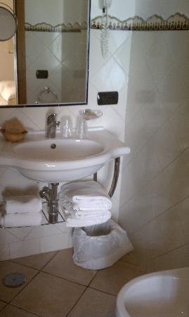 Hotel Sorrento City: Clean Bathroom