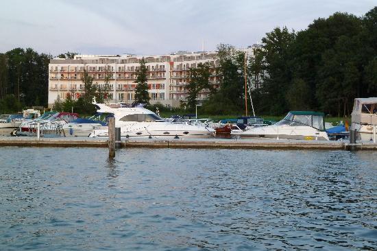 TUI BLUE Fleesensee: Blick vom Hafen zum Hotel