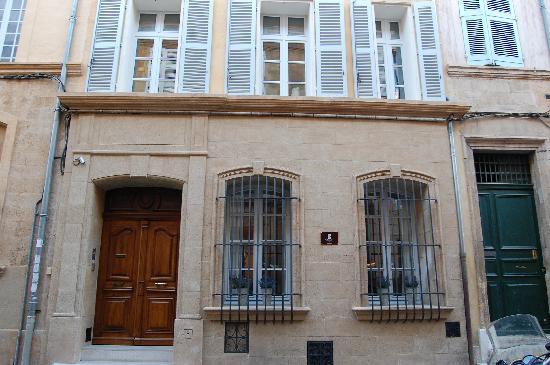 Salon rouge photo de la maison d 39 aix aix en provence - Distance salon de provence aix en provence ...