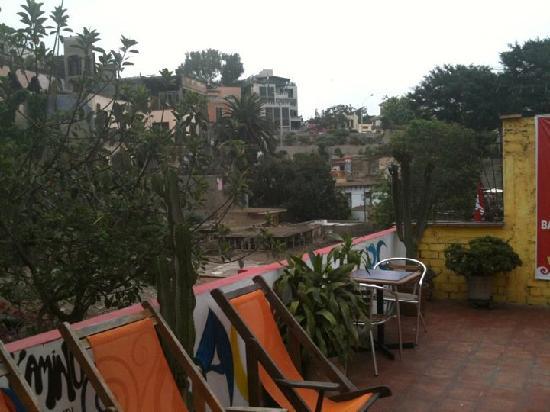 Kaminu Backpackers Hostel: rooftop terrace, where breakfast is served