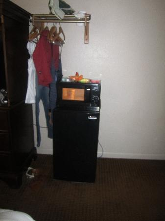 Econo Lodge Inn & Suites at Fort Benning: <3 fridge and microwave!