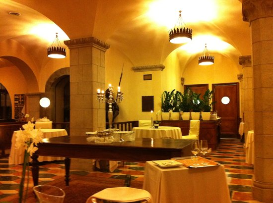 Colleoni dell'Angelo Restaurant : Bright dining room, with well-spaced tables