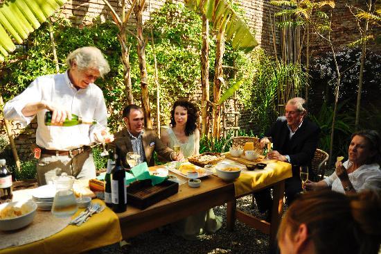 Colonia Suite Apartments: Wedding garden party
