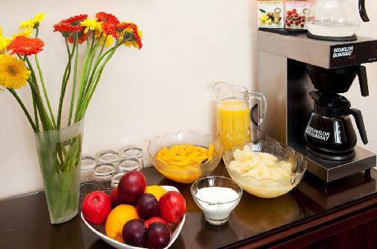 Park House Guest House: breakfast bar