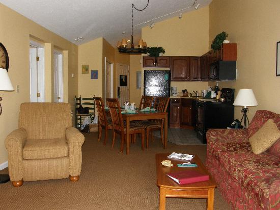 Crotched Mountain Resort & Spa: living room looking towards kitchen