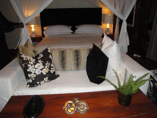 Lake Duluti Lodge: Cushy bed and couch