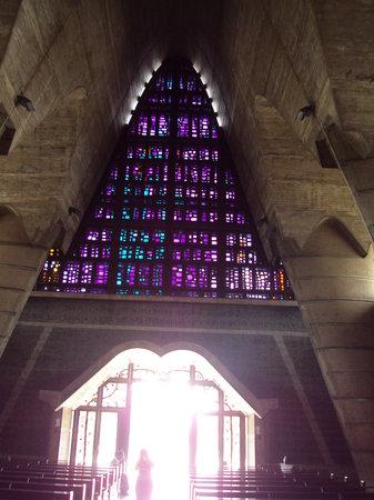 Cathédrale Notre-Dame de l'Incarnation : Poca iluminacion