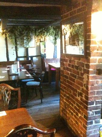 Lamberhurst, UK: Dining area with hop bines on the wall