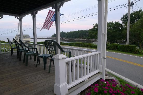 Gosnold Arms Inn: Porch overlooking the Harbor