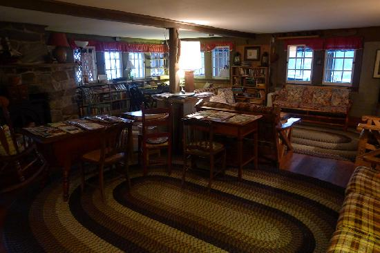 Gosnold Arms Inn: Interior Library/Reading/WIFI