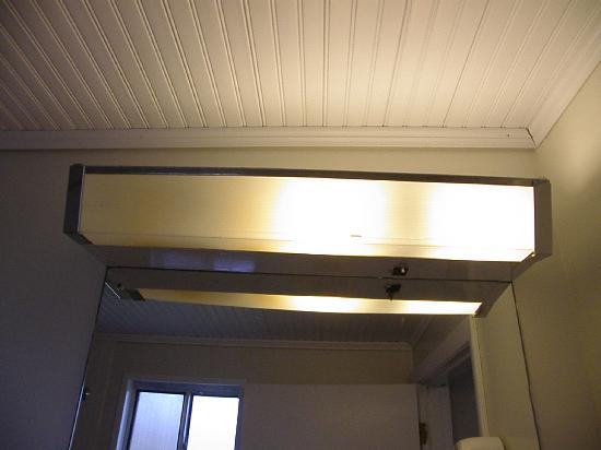 Holiday Hill Motor Inn: Bathroom Lighting Fixture