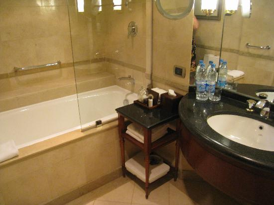 Grand Nile Tower: Bathroom with all the amenities (Room 3256)