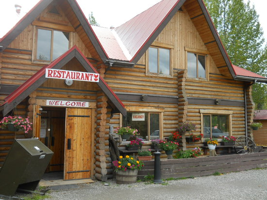Liard Hot Springs Lodge: entrance to the lodge