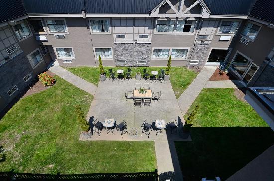 BEST WESTERN PLUS Regency Inn & Conference Centre: courtyard