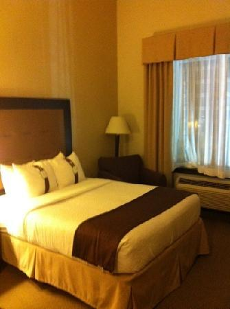 Holiday Inn & Suites Airport: two queen size room