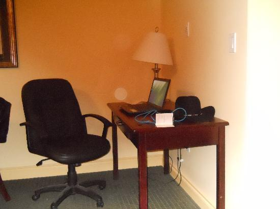 Quality Inn & Suites: desk area