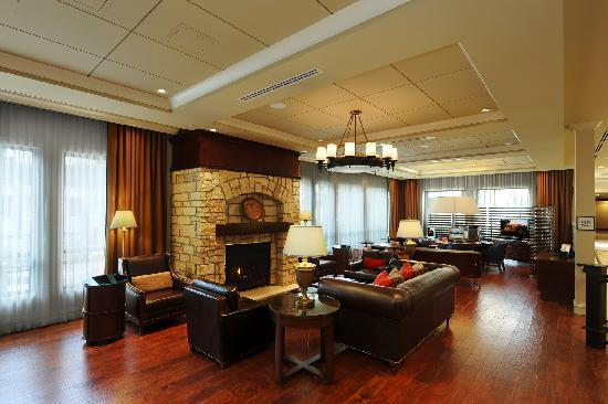Sheraton Atlanta Perimeter North: Hotel Lobby - Seating by Fireplace