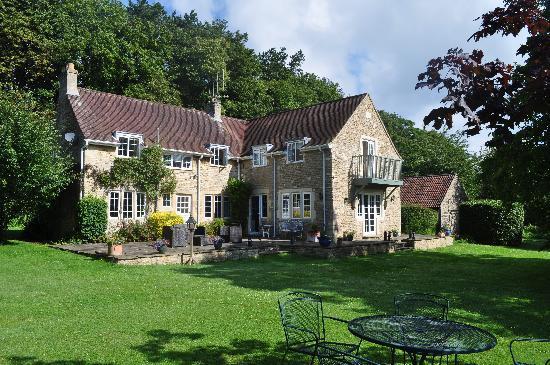 Priory Cottage Bed & Breakfast: Vue du jardin (la partie pour les hôtes est à gauche)