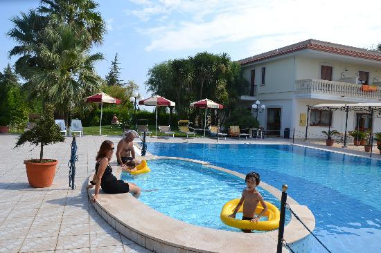 Hotel Parco Serrone: sitting by the pool