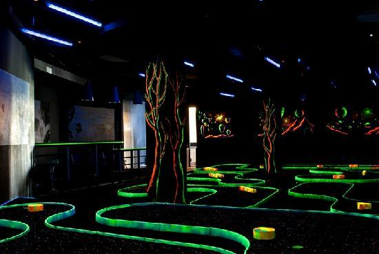 Muntinlupa, Filipinas: GolfXtreme Glow in the Dark Mini Golf